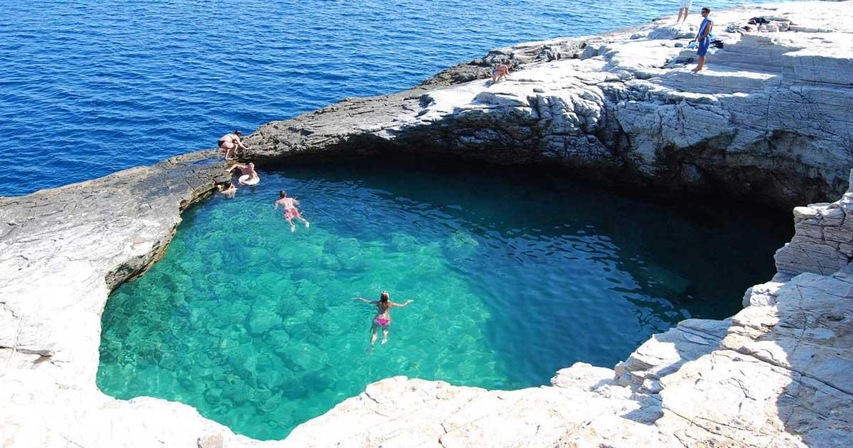 Γκιόλα: H «φυσική πισίνα» με καταπράσινο νερό που τη χωρίζει ένας βράχος από τη θάλασσα