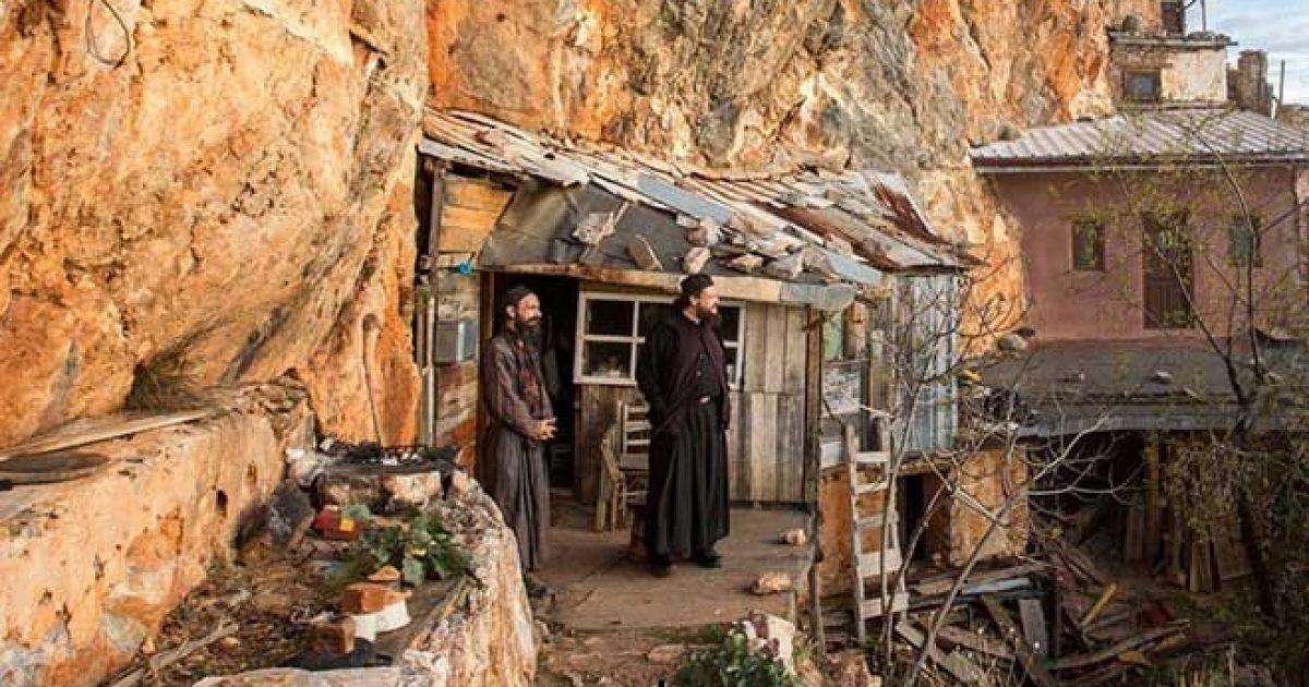 Οι ερημίτες μοναχοί που ζουν στην άκρη του γκρεμού στο Άγιο Όρος – Κάποιοι δεν έχουν εγκαταλείψει το βουνό εδώ και 60 χρόνια!!! [Εικόνες]