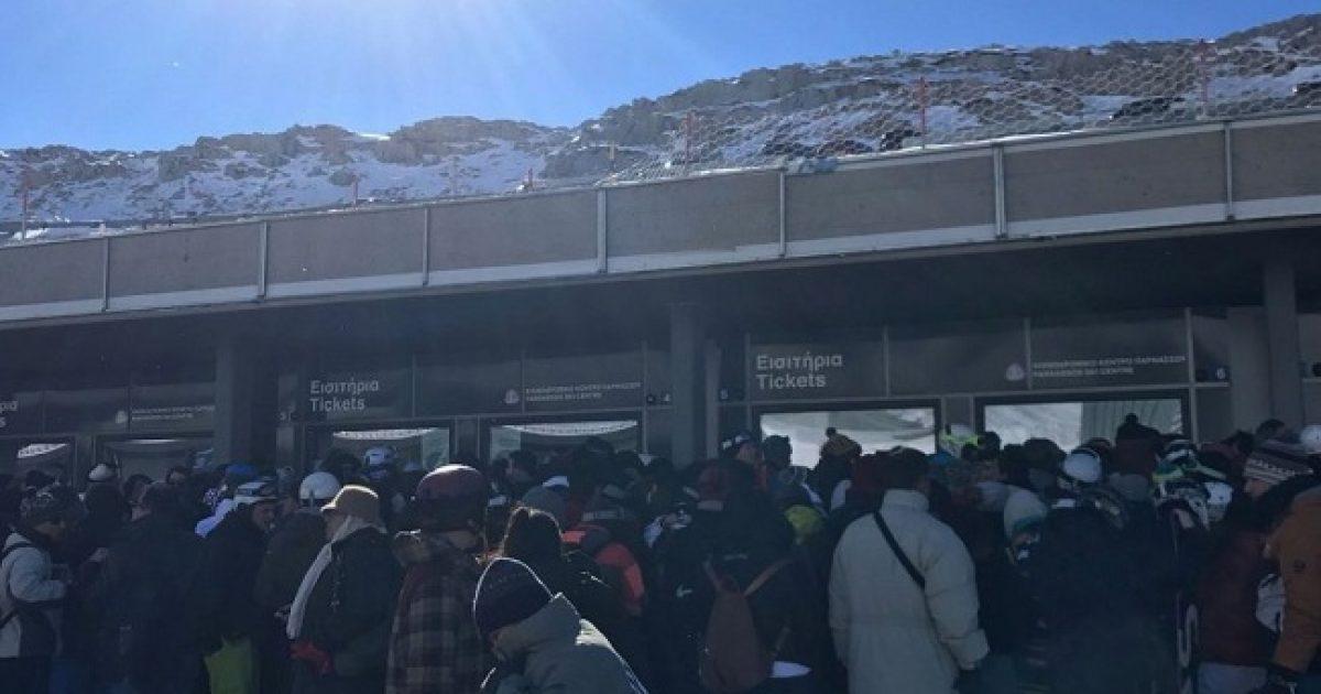 Χαοτικές καταστάσεις στο Χιονοδρομικό Κέντρο Παρνασσού: Χιλιάδες άνθρωποι εγκλωβισμένοι