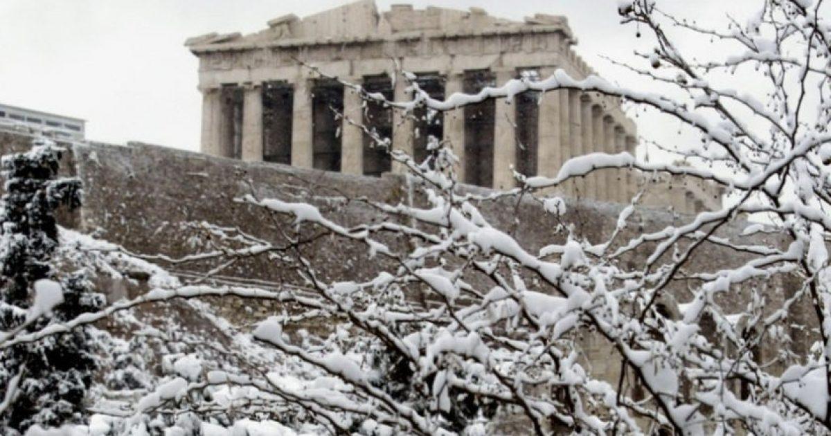 Χιονίζει τώρα στην Αττική – Πότε θα ξέρουμε αν θα παραμείνουν αύριο κλειστά τα σχολεία