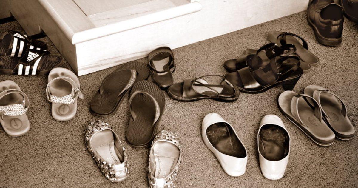 Είναι τελικά σωστό να ζητάμε από τους καλεσμένους μας να βγάζουν τα παπούτσια;