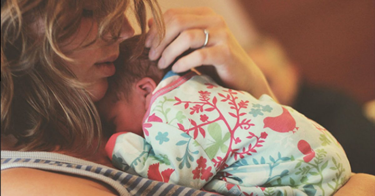 H σημασία της αγκαλιάς για τα νεογέννητα και βρέφη.