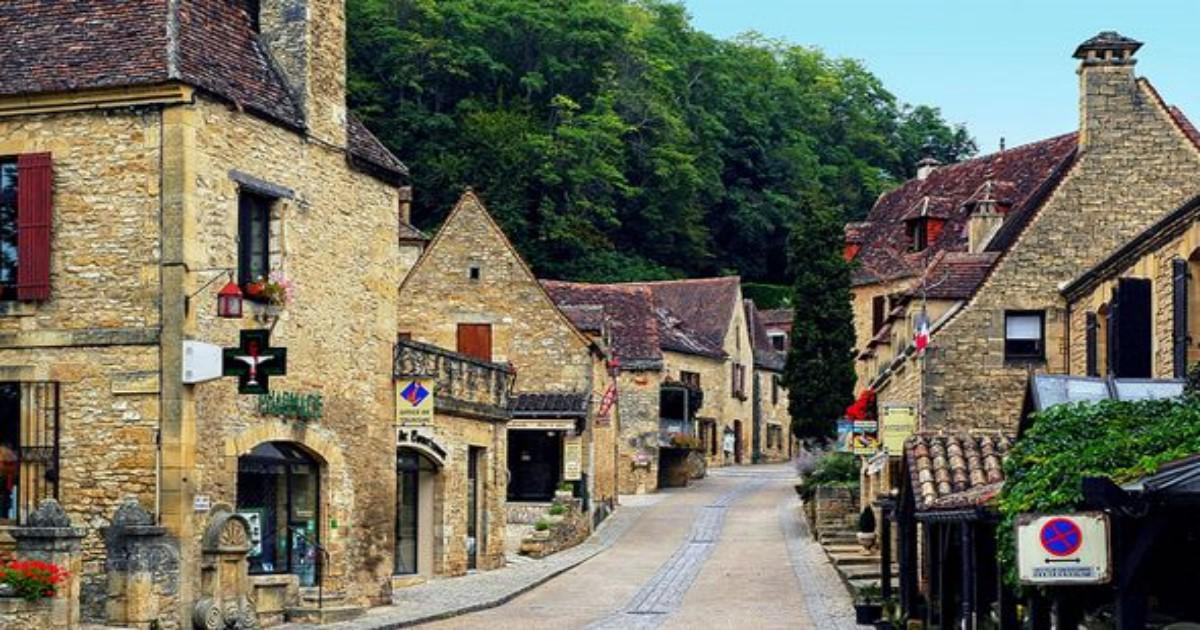 Αυτό είναι το ωραιότερο γαλλικό χωριό! Εδώ ο χρόνος έχει σταματήσει στο Μεσαίωνα!