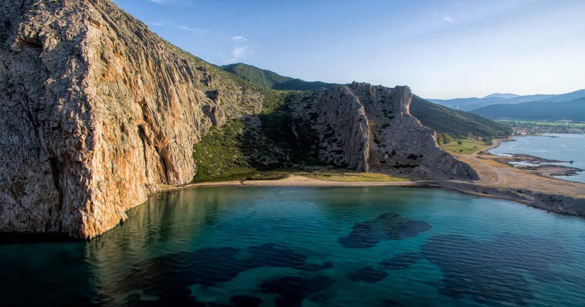 Αυτή είναι η άγνωστη ελληνική «γαλάζια λίμνη» που βρίσκεται μόλις 40 λεπτά από την Πάτρα