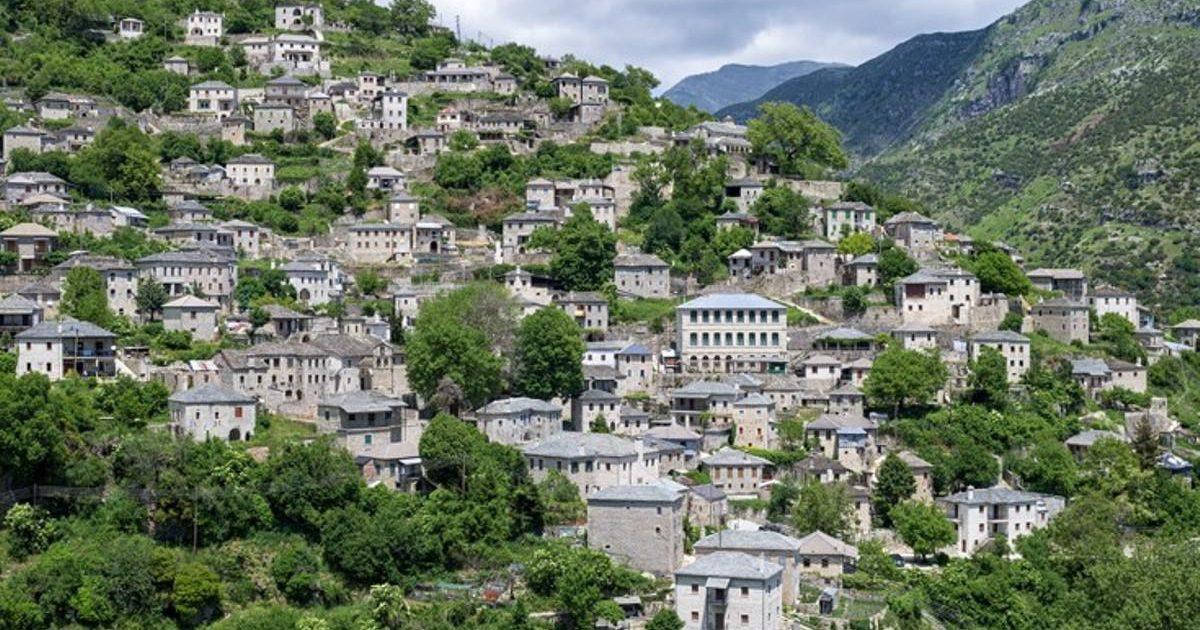 Συρράκο, ο πέτρινος παραδοσιακός οικισμός που «ξαπλώνει» απέναντι από τα Τζουμέρκα