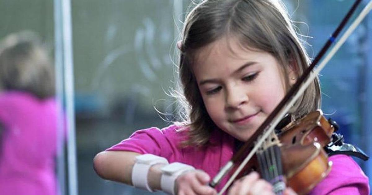 Η ζωή δεν έχει όρια για την 8χρονη βιολίστρια με αναπηρία στο δεξί της χέρι