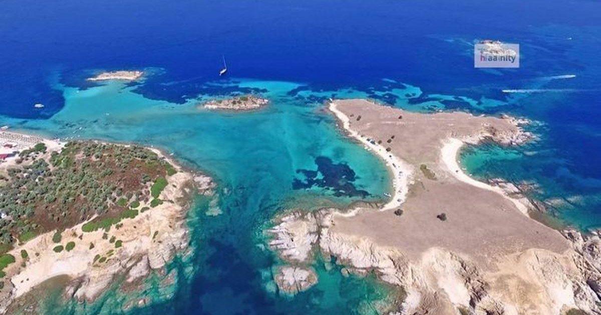 """Ε ναι, σαν τη Χαλκιδική δεν έχει. Δείτε από ψηλά την """"Γαλάζια Λίμνη"""" της Ελλάδας"""