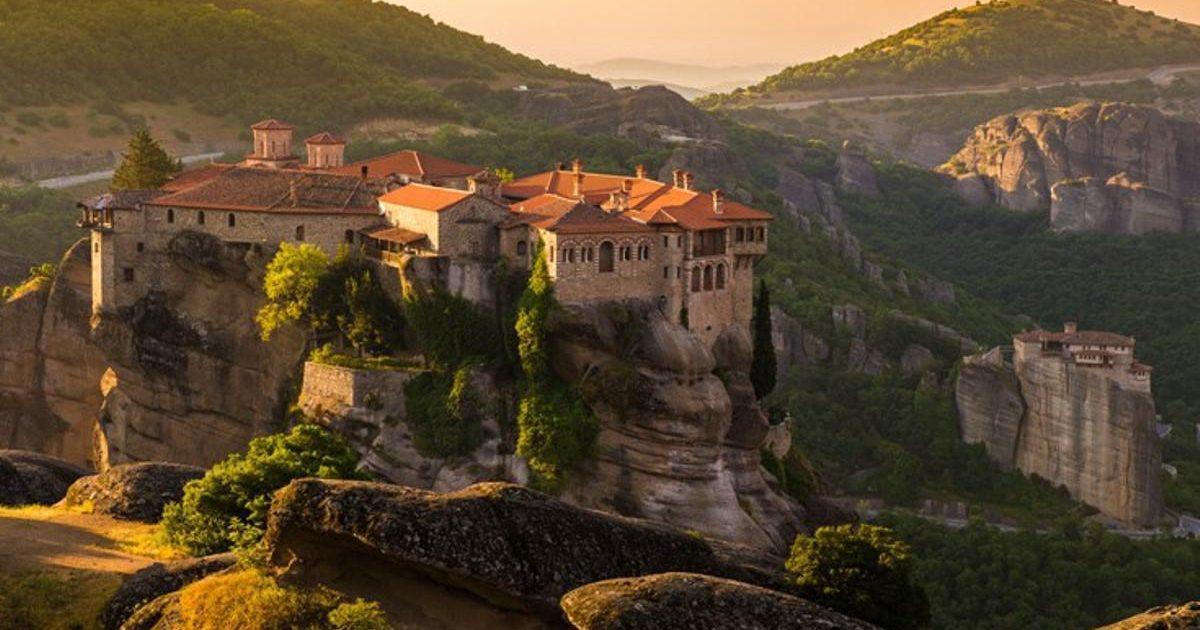 Το γαλήνιο και επιβλητικό μοναστήρι του Βαρλαάμ στέκεται στα 373 μέτρα και προκαλεί δέος