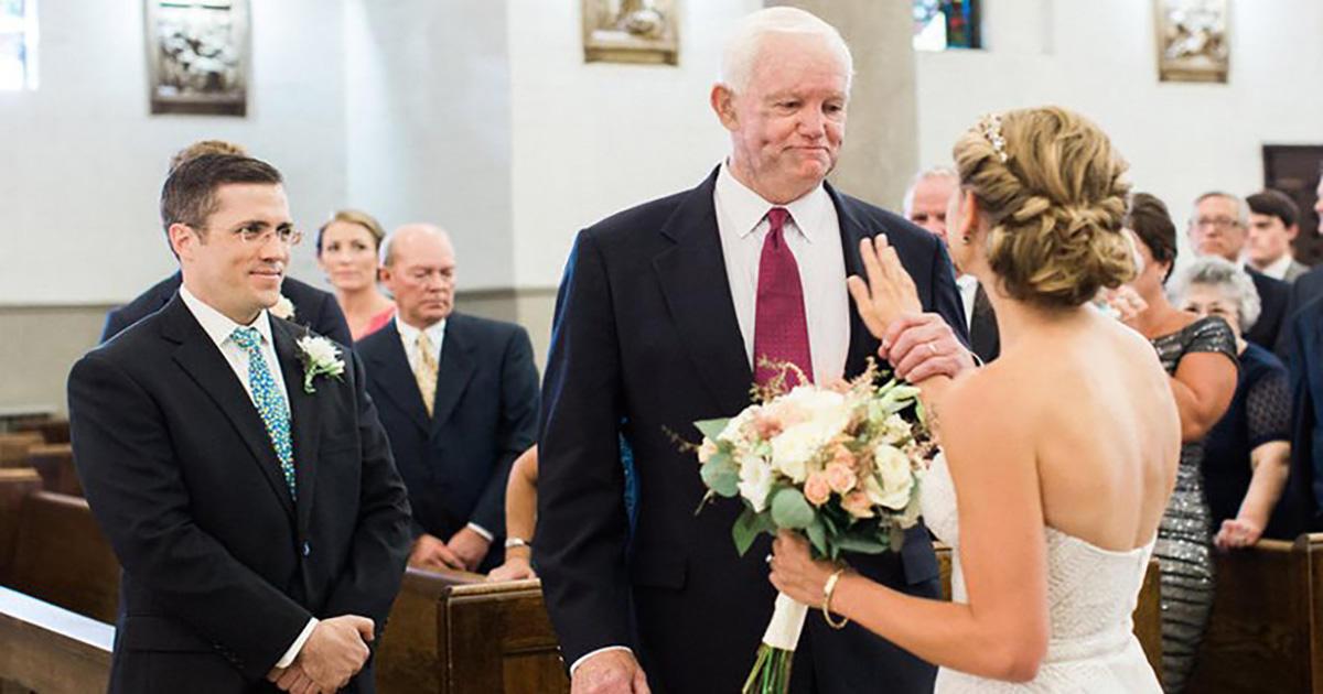 Ραγίζει καρδιές: Τη συνόδευσε ως νύφη ο λήπτης της καρδιάς του πατέρα της