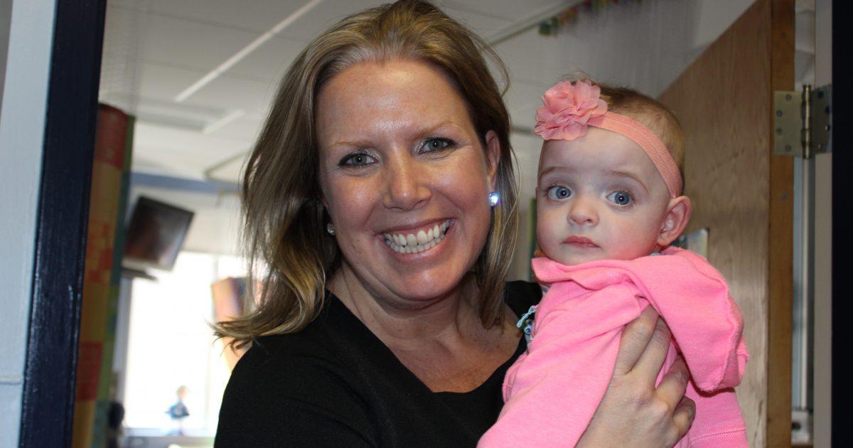 Νοσοκόμα σε νοσοκομείο παίδων υιοθέτησε μωρό που το παράτησαν οι γονείς του