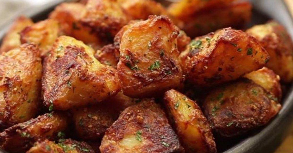 Η συνταγή με το μυστικό υλικό για τις απόλυτες πατάτες φούρνου που πρέπει να μάθεις