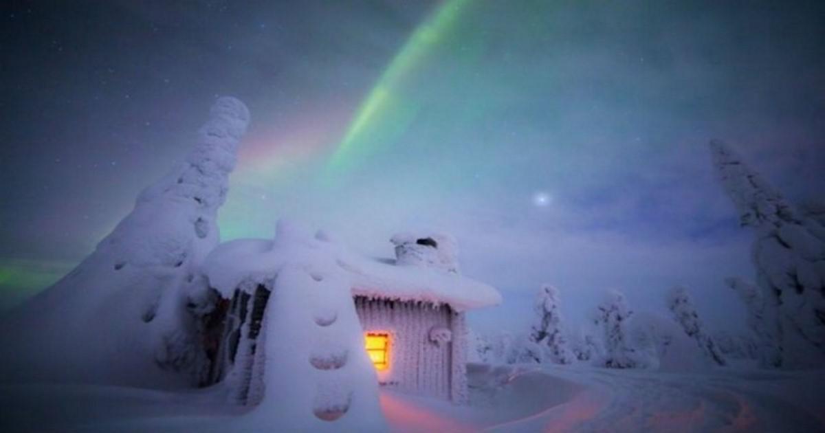 Μια Φινλανδέζα φωτογραφίζει χιονισμένα τοπία κάτω από το Βόρειο Σέλας. Το αποτέλεσμα είναι θεαματικό!