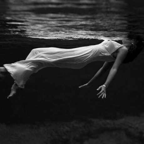woman-in-white-dress-in-the-dark-water-37251-2560×1600-e1527230325340-1200×682